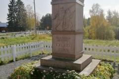 Vapaussodan-ensimmaisten-sankarivainajien-muistomerkki-Hulmi-